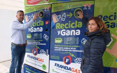 Una gasolinera de Granada instala una máquina de reciclaje que cambia latas por gasolina gratis